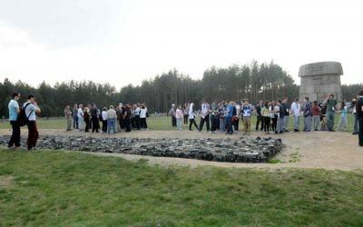 Des étudiants sur le site commémoratif de Treblinka (Crédit photo: Yossi Zeliger / Flash90)