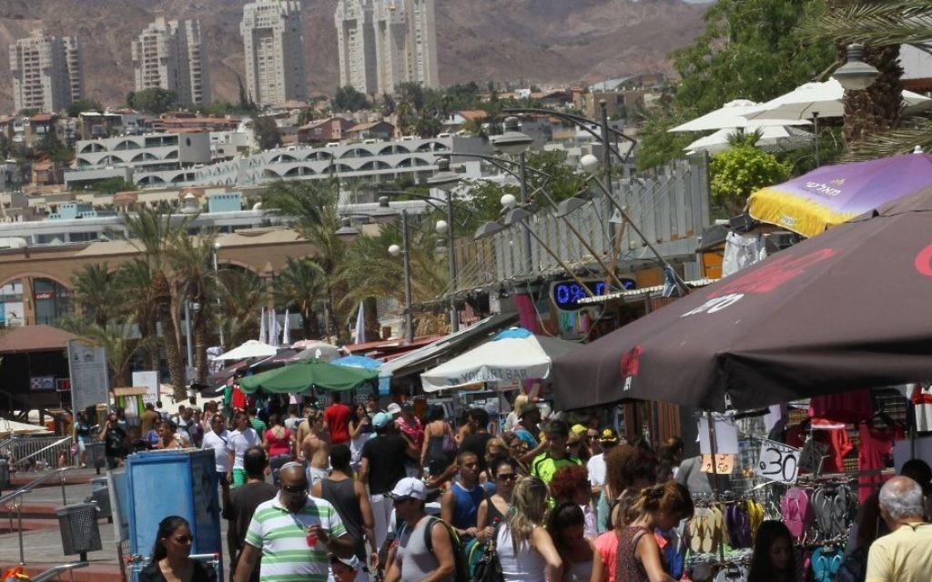 Touristes à Eilat. (Crédit : Nati Shohat/Flash90)