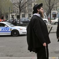 Illustration : deux Juifs orthodoxes à Brooklyn, dans le quartier de Crown Heights, le 21 mars 2012. (Crédit : Serge Attal/Flash90)