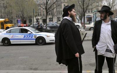 Illustration : deux Juifs orthodoxes à Brooklyn, dans le quartier de Crown Heights, le 21 mars 2012. (Crédit : Serge Attal/Flash90)