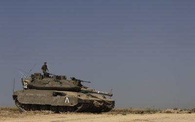 Un soldat israélien au sommet d'un tank. Illustration. (Crédit : Tsafrir Abayov/Flash90)
