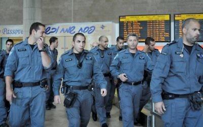 La police israélienne attend des militants étrangers dans le terminal des arrivées de l'aéroport international Ben Gurion, le 15 avril 2012. (Crédit : Yossi Zeliger / Flash90)