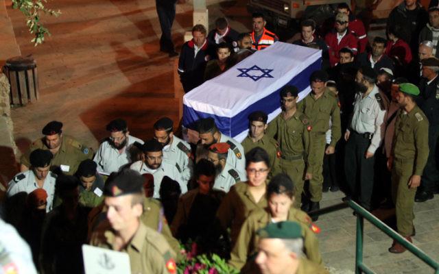 Enterrement de la jeune Hila Bezaleli, tuée dans l'accident lors de la répétition de la cérémonie de Yom Haatsmaout, le 18 avril 2012. (Crédit : Yossi Zamir/Flash 90)