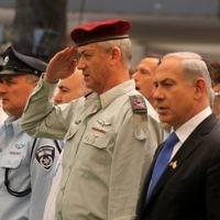 Benny Gantz, alors chef d'état-major Gen. Benny Gantz, aux côtés de Benjamin Netanyahu lors d'une cérémonie du Jour du souvenir, le 25 avril 2012. (Crédit : Marc Israel Sellem/Flash90)