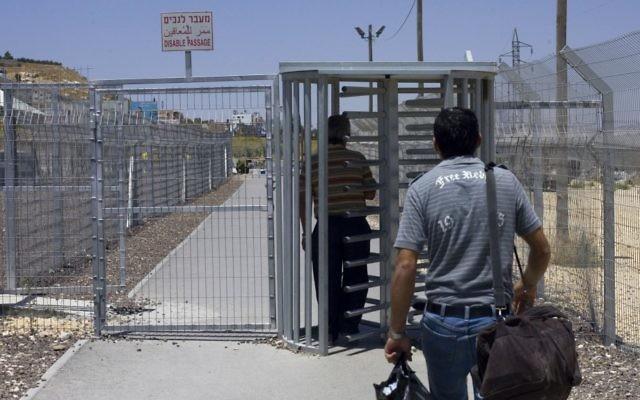 Un Palestinien au checkpoint de Hawara, près de la ville de Naplouse, en Cisjordanie, en juillet 2009. Illustration. (Crédit : Olivier Fitoussi/Flash90)