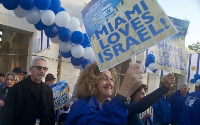 Ana et Steven Weisman et Stephanie Trump marchent à la Porte Jaffa de Jérusalem lors du premier « méga-événement » de la mission de la Fédération juive du Grand Miami de 700 personnes en Israël. (Crédit : Randi Sidman-Moore / JTA)