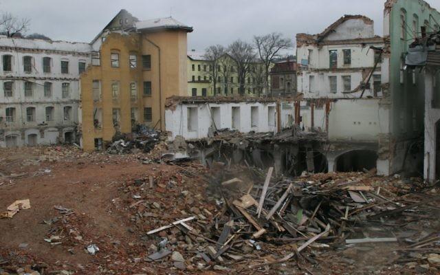 La partie basse de l'usine de Schindler près d'un bâtiment démoli du 19e siècle. (Crédit : Eva Munk/JTA)