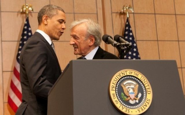 Barack Obama, alors président américain, et Elie Wiesel, au Musée mémorial de l'Holocauste des Etats-Unis, le 23 avril 2012. (Crédit : autorisation USHMM/JTA)