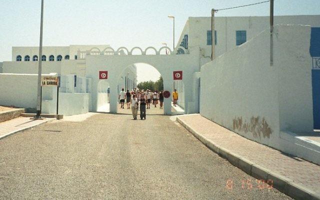 L'entrée de la synagogue de Djerba (Crédit : CC BY upyernoz/Flikr)