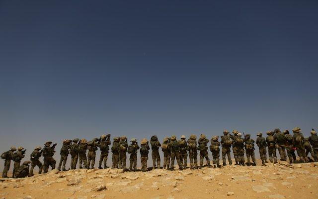 Des soldats de la brigade Givati s'entraînent dans le désert du Negev en 2011 (Crédit : Tsafrir Abayov/Flash90)
