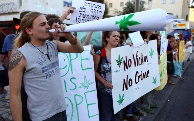 Des manifestants demandent la dépénalisation du cannabis en Israël, à Jérusalem, en 2010. (Crédit : Abir Sultan/Flash90)