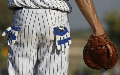Un joueur de la Ligue israélienne de baseball en 2007 (Crédit: Nati Shohat/Flash90)