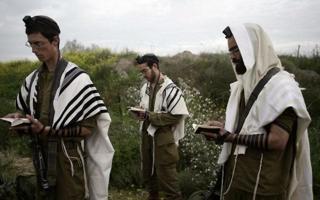 Des soldats de la brigade Nahal haredi, un bataillon ultra-orthodoxe de l'armée de l'air israélienne. Illustration. (Crédit : Abir Sultan/Flash90)