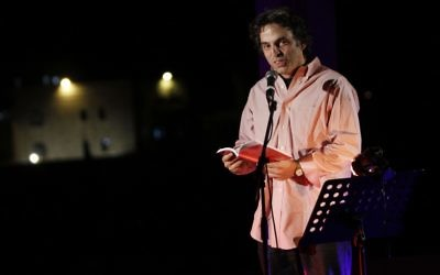 Etgar Keret lors du dernier Festival des écrivains (Crédit : Miriam Alster/Flash 90)