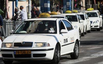 Des taxis attendant des passagers. Illustration. (Crédit : Kobi Gideon/Flash90)