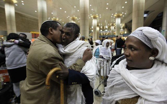 De nouveaux immigrants éthiopiens à l'aéroport Ben Gurion, en décembre 2011. (Crédit : Kobi Gideon/Flash90)