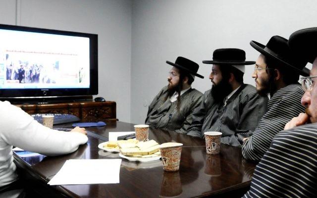 Des membres de la communauté ultra-orthodoxe Toldot Aharon assistent à une conférence sur Internet à Ramat Gan, après avoir reçu l'autorisation de leurs rabbins (crédit photo: Yossi Zeliger / Flash90)