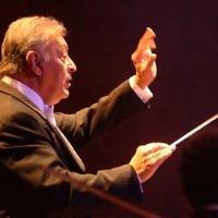 Le chef d'orchestre Zubin Mehta dirige l'orchestre philharmonique d'Israël à Tel Aviv, le 28 octobre 2007. (Crédit : Jorge Novomisky/Flash90)