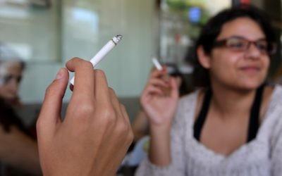 Photo illustrative d'une femme en train de fumer une cigarette (Crédit : Nati Shohat/Flash90)