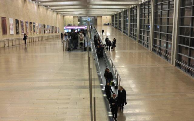Les voyageurs à l'arrivée et au départ de l'aéroport Ben Gurion, à Lod. (Crédit : Nati Shohat/Flash90)