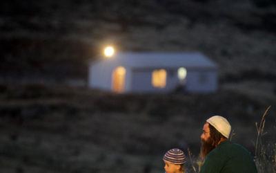 Un homme et son fils près de l'avant-poste de Havat Gilad (Crédit: Nati Shohat/ Flash 90)