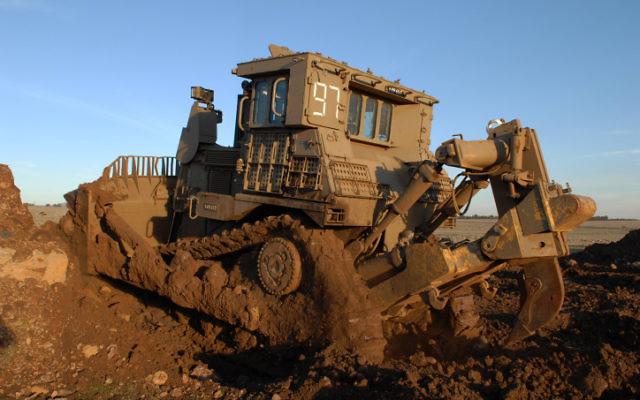 Un bulldozer D9 de l'armée israélienne, fabriqué par Caterpillar. (Crédit : Hamad Almakt/Flash90)