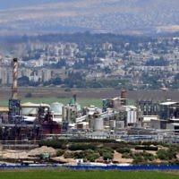 Les usines de la baie de Haïfa. Illustration. (Crédit : Shay Levy/Flash90