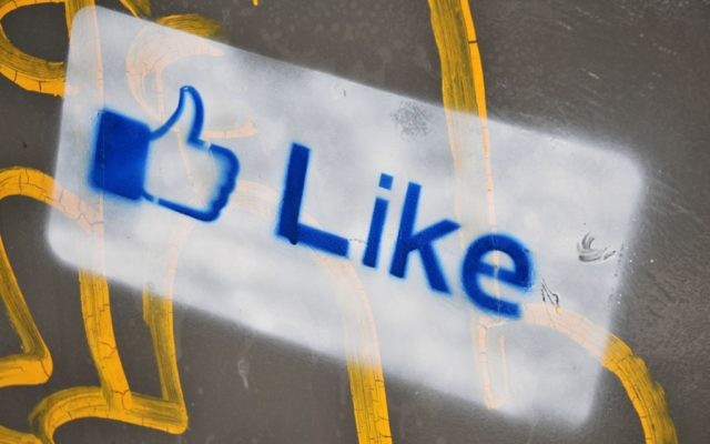 Un like sur Facebook (Crédit : Sophie Gordon/Flash90)