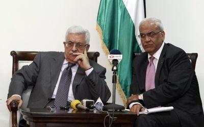 Le président de l'AP Mahmoud Abbas et le négociateur en chef palestinien Saeb Erekat (Crédit : Uri Lenzi/Flash90)