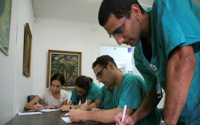 Les docteurs à l'hôpital Sheba de Tel Hashomer (Crédit : Yehoshua Yosef/Flash90)