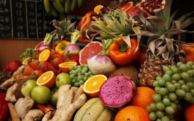 Des fruits frais dans les étalages du marché Mahane Yehuda (Crédit : Miriam Alster/Flash90)