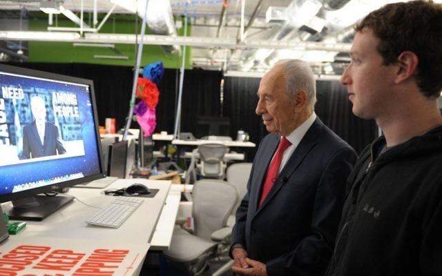 Le président Shimon Peres travaille sur sa page Facebook avec Mark Zuckerberg, fondateur de Facebook. (Crédit : Moshe Milner/GPO/Flash90)