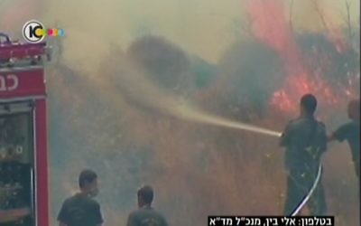 Des pompiers luttent contre un incendie à proximité de Motza (Capture d'écran : Dixième chaîne)