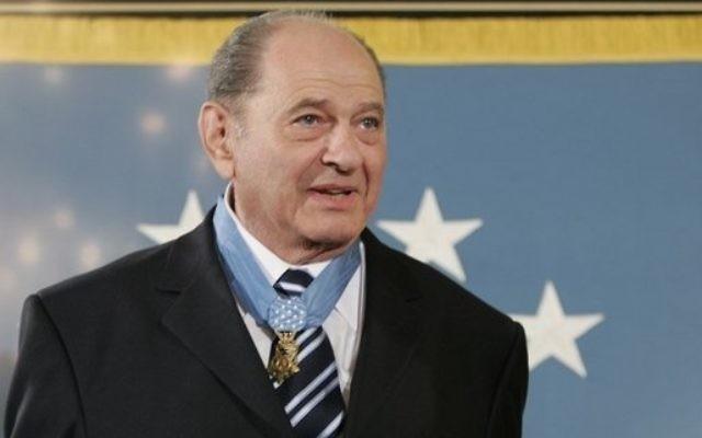 Tibor Rubin porte la Médaille d'honneur du Congrès, la plus haute distinction militaire américaine, décernée à la Maison Blanche, en 2005. (Crédit : Domaine public/Wikimedia Commons)
