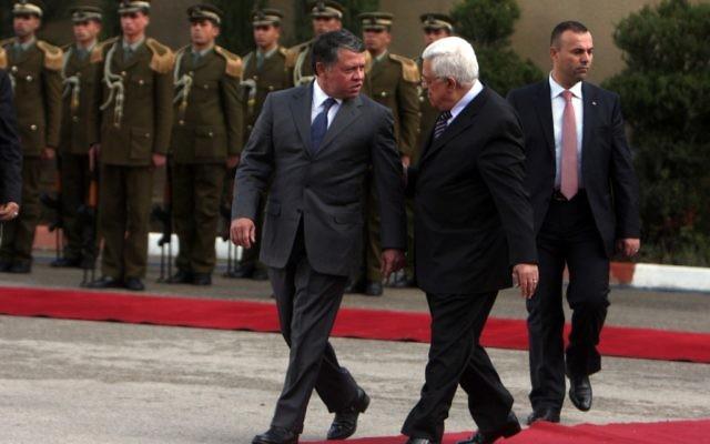 Le président de l'Autorité palestinienne Mahmoud Abbas (à droite) avec le roi Abdallah de Jordanie à Ramallah, en novembre 2011. (Crédit : Issam Rimawi/Flash90)