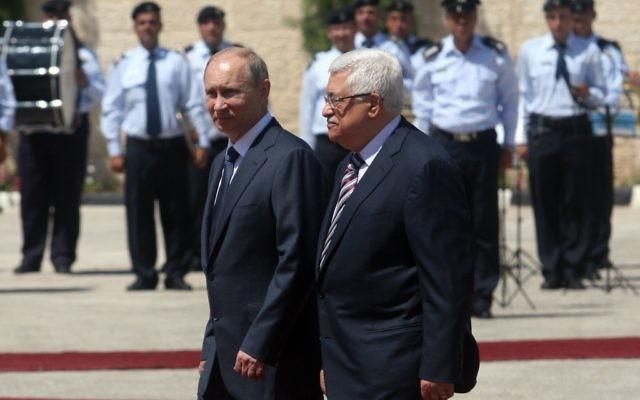 Le président russe Vladimir Poutine, à gauche, avec le président de l'Autorité palestinienne Mahmoud Abbas, à Bethléem, en 2011. (Crédit : Issam Rimawi/Flash90)