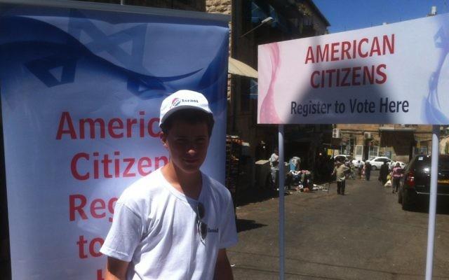 Un volontaire américain encourage à voter dans les rues de Jérusalem (Crédit : Autorisation Elie Pieprz)