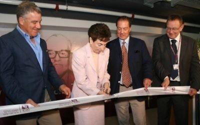 Aviva Ofer, veuve de Sammy Ofer, avec ses fils Eyal, à droite et Idan, à gauche, coupe de ruban lors d'une inauguration à Rambam. Le professeur Rafi Beyar, directeur de RHCC, les regarde (à l'extrême gauche)). (Crédit :   Paul Melling-RHCC)