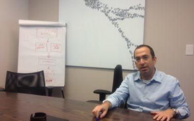 Yishaï Sarid, auteur, à son bureau de Tel Aviv. (Crédit : Mitch Ginsburg/Times of Israel)