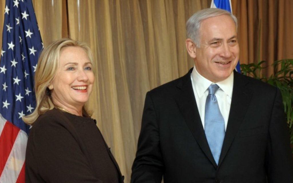 Le Premier ministre Benjamin Netanyahu accueille Hillary Clinton, alors secrétaire d'Etat américaine, en septembre 2011. (Crédit : Avi Ohayon/GPO/Flash90)