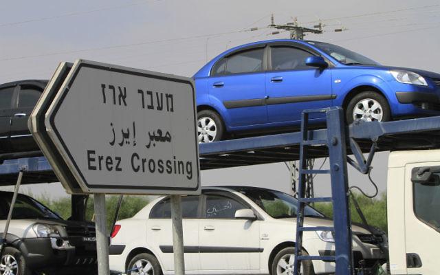 Voitures entrant dans la bande de Gaza via le passage Erez. Illustration. (Crédit : Tsafrir Abayov/Flash90)