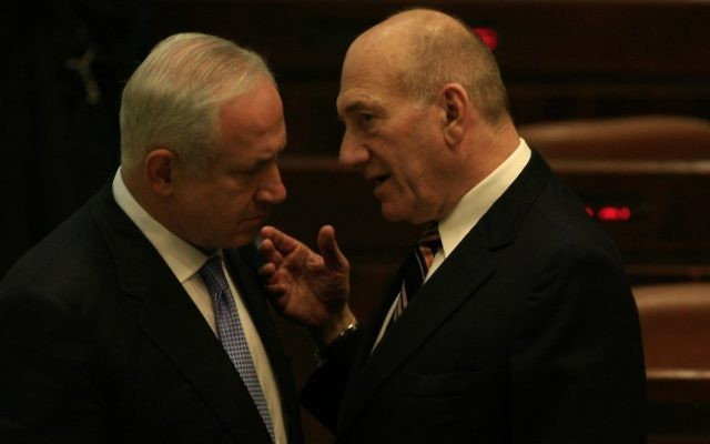 Le Premier ministre Benjamin Netanyahu, à gauche, avec Ehud Olmert en 2009 (Crédit: Yossi Zamir/Flash90)
