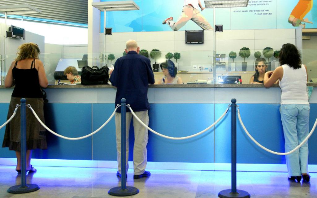 Une agence de la Banque Leumi (Crédit photo : Moshe Shai/Flash90)