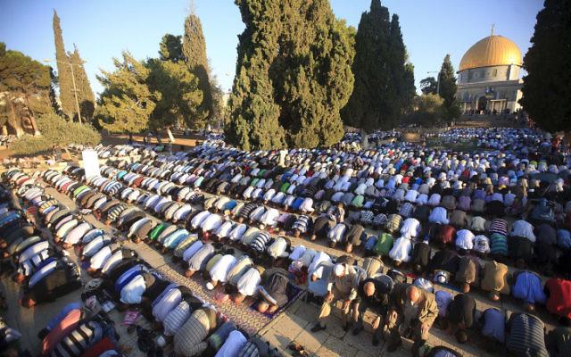Fidèles musulmans devant la mosquée Al-Aqsa, à Jérusalem, pendant le Ramadan 2011. (Crédit : Sliman Khader/Flash90)