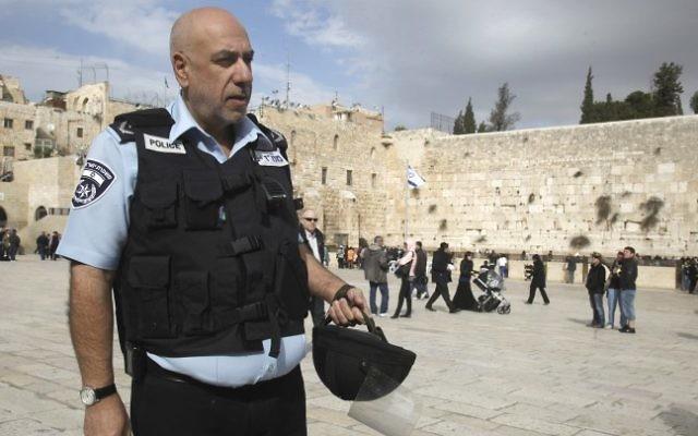 L'ancien chef de la police de Jérusalem Nissan 'Niso' Shaham au mur Occidental de Jérusalem, le 26 juillet 2012. (Crédit : Uri Lenz/Flash90)