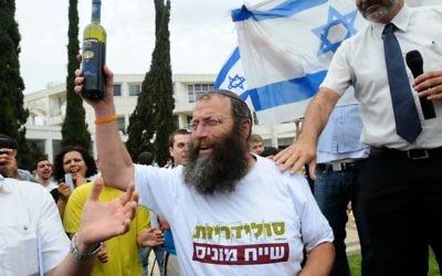 Baruch Marzel proteste contre la commémoration de la Journée de la Nakba palestinienne à l'université de Tel Aviv, en mai 2012. (Crédit : Yossi Zeliger/Flash90)
