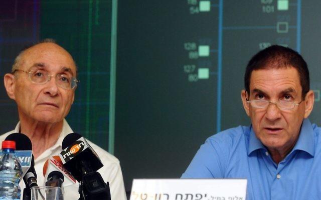 Le ministre des infrastructures nationales  Uzi Landau et Yiftah Ron-Tal, président de la Corporation Electrique Israélienne, juillet 2012. (Crédit : Yossi Zeliger/Flash90)