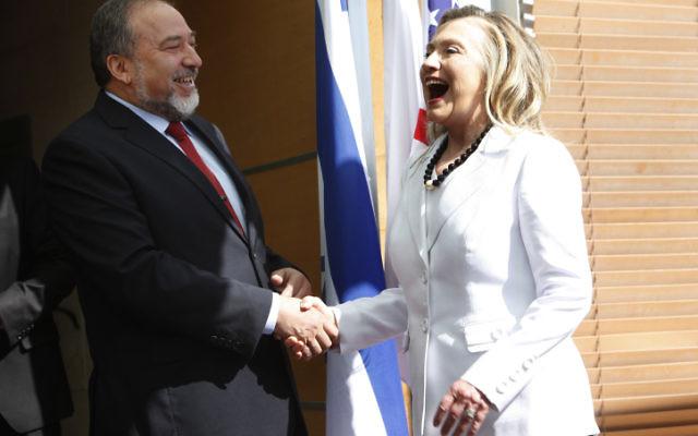 Avigdor Liberman lors d'une rencontre avec la  Secrétaire d'Etat Hillary Clinton, au ministère des Affaires étrangères, à Jerusalem, le 16 juillet (photo credit: Miriam Alster/Flash90)