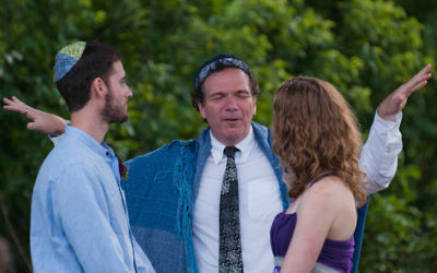 Illustration : un rabbin célèbre un mariage mixte à Boston, le 19 août 2011 (Crédit : autorisation  de Jared et Laurie Berezin)