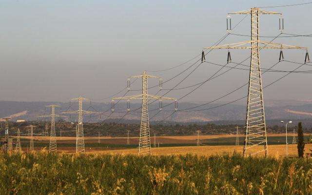 Des lignes électriques au-dessus des champs. Illustration. (Crédit : Nati Shohat/Flash90)